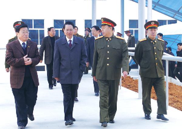 现任中央军委副主席,时任济南军区司令员范长龙(前排右二)来企业视察