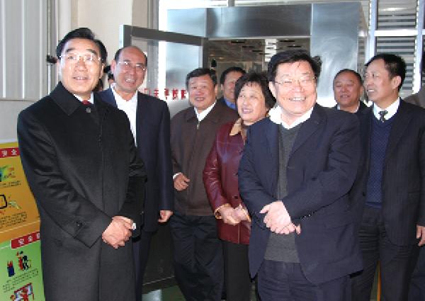 现任全国政协副主席兼秘书长,时任西藏自治区党委书记张庆黎(前排左一)来企业视察